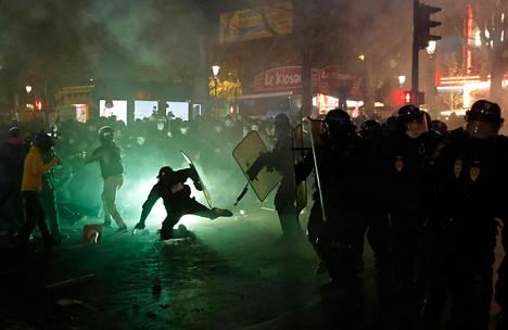 Poliisi ja mielenosoittajat ottivat yhteen Ranskan pääkaupungissa Pariisissa lauantai-iltana. Mielenosoittajat vastustavat uutta turvallisuuslakia, joka muun muassa tekisi rangaistavaksi kuvien julkaisemisen työtehtävissään olevista poliiseista.