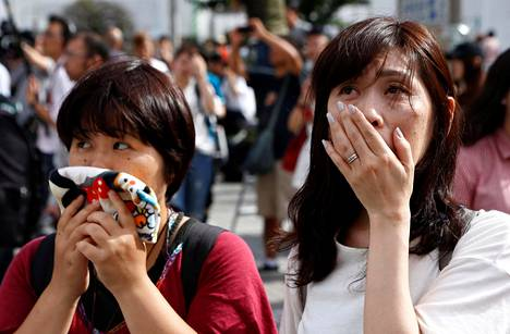 Ihmiset katsoivat Japanin keisari Akihiton televisiopuhetta Tokiossa maanantaina.
