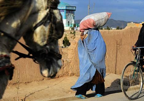 Afgaaninainen kantoi säkkiä Heratissa 19. tammikuuta.