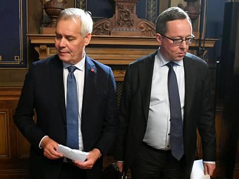 Pääministeri Antti Rinne (sd) ja valtiovarainministeri Mika Lintilä (kesk) valmistautuivat hallituksen budjettiriihen tiedotustilaisuuteen tiistai-iltana.