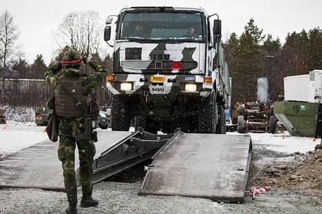 Suomalaiset ja ruotsalaiset joukot harjoittelivat maanantaina tilapäisen sillan ylitystä Trident Juncture -sotaharjoituksessa Norjassa.