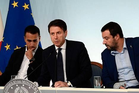 Italian hallitus esitteli lokakuussa budjettiesityksensä. Vasemmalta: talouskehitysministeri, Viiden tähden liikkeen johtaja Luigi di Maio, pääministeri Giuseppe Conte ja sisäministeri Matteo Salvini.