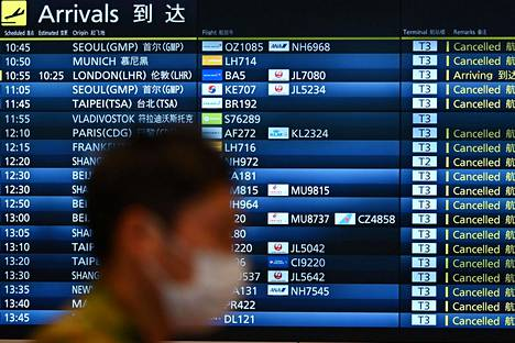 Lentomatkan varannut kuluttaja saa olla oikeuksistaan tarkkana koronaviruskriisin keskellä. Kuvassa peruttujen saapuvien lentojen listaa Tokion Hanedan lentoasemalla 3. huhtikuuta.