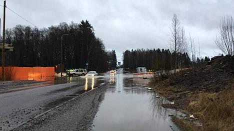Hylkeenpyytäjäntie tulvi maanantaina, ja tie oli edelleen poikki tiistaiaamuna. Finnoon metrotyömaa näkyy kuvassa vasemmalla.