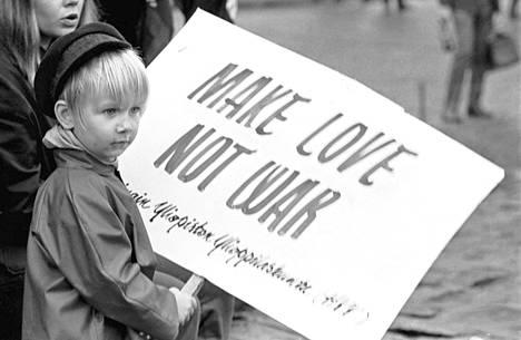 Nelivuotias Saska Saarikoski vastusti Vietnamin sotaa vuonna 1967.