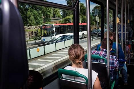 Helsingin seudun liikenne ei ole aikeissa laskea lipunhintoja pääosin Helsingin sisäistä joukkoliikennettä käyttäviltä matkustajilta.
