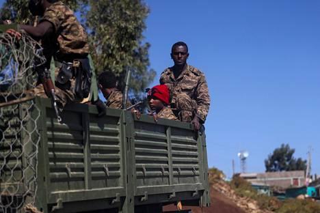 Sotilaita Adigratin kaupungin lähellä Tigrayn alueella maaliskuussa.