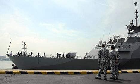Singaporen armeijan sotilaat katselivat USS Freedom -alusta, joka saapui maahan komennukselle viime viikolla.