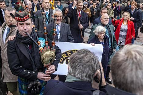 Brexit-puolueen europarlamentaarikot jättivät Brysselin marssien. Eturivissä Jake Pugh, Ann Widdecombe ja Brian Monteith.