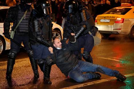 Poliisi pidätti miehen Pietarin mielenosoituksessa. Poliisi otti lauantaina Pietarissa kiinni lähes 500 mielenosoittajaa.