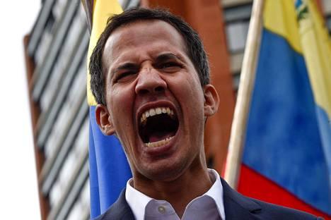 Juan Guaidó puhui väkijoukolle Caracasissa keskiviikkona järjestetyssä mielenosoituksessa.