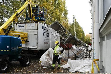 Myrskytuuli kaatoi rakennustelineet Ojakadulla Oulussa tiistaina.