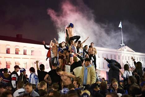Yli sata vuotta vanha Havis Amanda oli sunnuntai-illan MM-juhlien keskus.