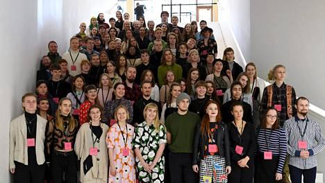 Generation 2020 -näyttelyn 80 nuorta 15–23-vuotiasta taiteilijaa asettuivat tiistaina ryhmäkuvaan.