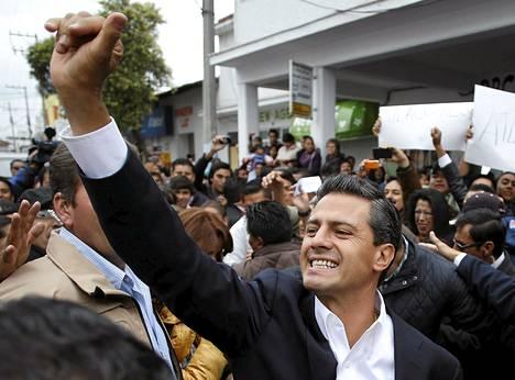 Keskustavasemmistolaisen PRI-puolueen Enrique Pena Nieto tervehti sunnuntaina kannattajiaan Atlacomulcossa.