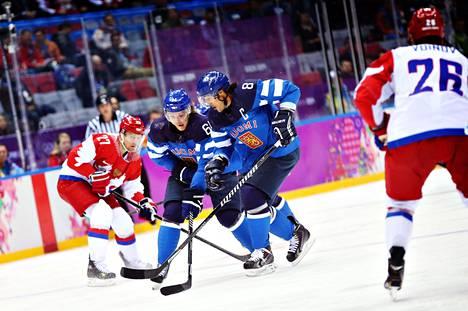 Mikael Granlund (vas.) ja Teemu Selänne veivasivat täysosumillaan nurin Venäjän tähtisikermän. Tuukka Rask pelasi maalillaan upean ottelun.