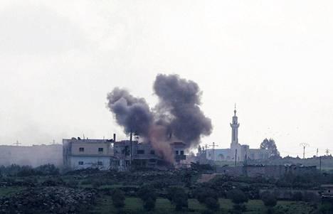 Räjähdys nostatti tiistaina savupilven Syyrian Jamlan kylässä joka on lähellä Syyrian ja Israel rajaa.