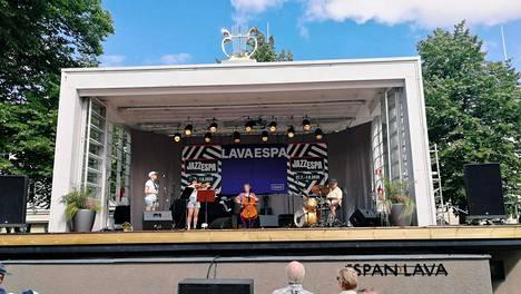 Ainon eli Suvi Linnovaara, Satu-Maija Aalto, Aino Juutilainen ja Joonas Leppänen esiintyi lauantaina Espan lavalla.
