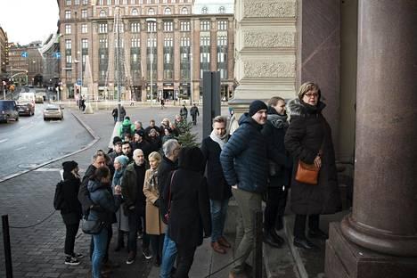 Ihmiset jonottivat sunnuntaina 26. tammikuuta Ateneumin Helene Schjerfbeck -näyttelyyn.