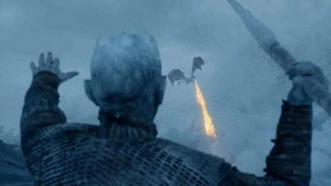 Game of Thronesin kuudennen jakson arvion kommenteissa pohdittiin Yön kuninkaan (Vladimir Furdik) keihäänheittotaitojen yhteyttä Jan Zeleznyyn.