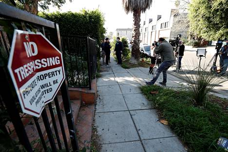 Median edustajia kerääntyi torstaina Los Angelesissa paikalle, jossa Lady Gagan koirien ulkoiluttajaa ammuttiin ja koirat kaapattiin.