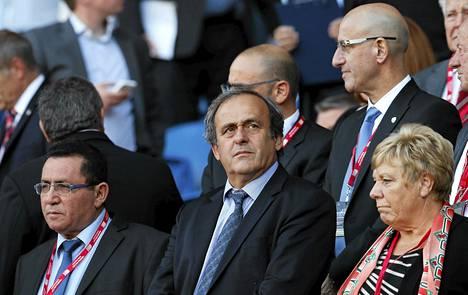 Michel Platini (kesk.) seurasi Walesin ja Israelin välistä EM-karsintaottelua syyskuussa.
