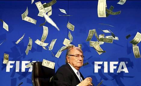 Sepp Blatter sai helmikuussa päälleen setelisateen. Brittikoomikko Lee Nelson heitti Blatterin päälle seteleitä tämän saapuessa lehdistötilaisuuteen.