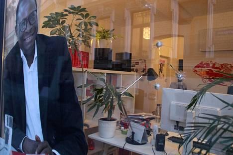 Karamba Diaryn toimiston ikkunassa oli keskiviikkoaamuna muovikuula-aseen reikiä.