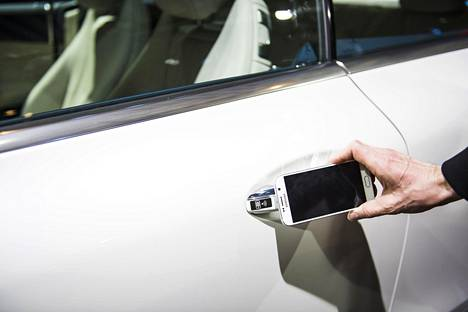 Puhelimesta on moneksi. Esimerkiksi Mercedes me connect -palvelulla auton ovet voi avata ja lukia internetin yli mistä päin tahansa.