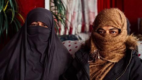 Kabulilaiset opettaja Zohaila (oik.) ja kauneussalongissa työskentelevä Zohra kavahtavat ajatusta, että Afganistanin hallitus jakaisi valtaa ääri-islamistiselle Taleban-järjestölle.
