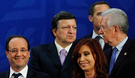 Ranskan presidentti François Hollande (vas.), Argentiinan presidentti Cristina Fernandez de Kirchner, EU:n José Manuel Barroso ja Italian pääministeri Mario Monti Meksikossa tiistaina.