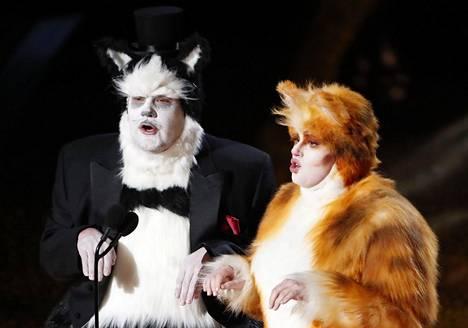 James Corden (vas.) ja Rebel Wilson jakoivat tehoste-Oscarin pukeutuneina Cats-musikaalin asuihin.