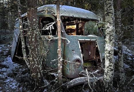 Metsäautojen vanhaa polvea edustaa mäntsäläläisen osuusliike Väinölän entinen leipäauto. Auto seisoo metsätien varressa Nummisten kylässä.