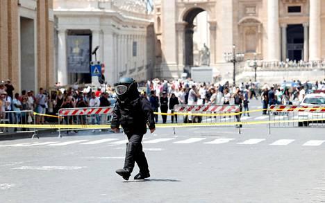 Pomminpurkusuojaimin varustautunut poliisi tutkii aukiota Vatikaanissa tiistaina pommivaroituksen vuoksi. Yhdysvaltain presidentti Donald Trump vieraili paavin luona keskiviikkona.