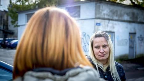 Caty Lebedev (taustalla) ja Valeria tutustuivat 1990-luvulla piireissä, joissa piikitettiin unikkolientä. Caty on raitis ja kouluttautuu narkomaanien kokemusneuvojaksi. Valeria on yhä fentanyyliriippuvainen, vaikka käy töissä ja kasvattaa yksin kolmea lasta.