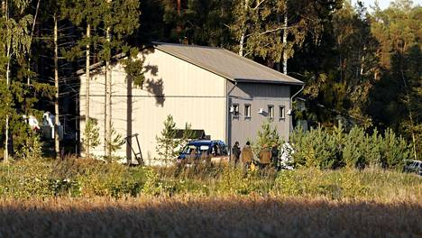Poliiseja Airiston Helmen omistaman rakennuksen luona Ybbernäsissä Paraisilla lauantai-iltana.