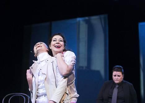 Piki (Tuuli Lindeberg, vas.), Tyttö (Essi Luttinen) ja Bossa (Laura Heinonen) ajautuvat raastavaan suhdekriisiin.