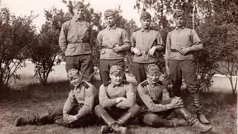 Perhepiirissä tästä armeija-aikaisesta kuvasta tiedetään vain, että isoisä istuu edessä oikealla.