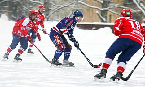 Botnian kapteeni Juri Schreck (keskellä) kuljetti palloa Narukerän pelaajien keskellä.