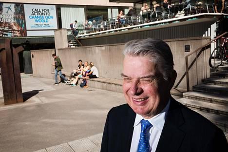 Ruotsalainen pääomasijoittaja Björn Savén asuu Lontoossa. Suomessa hän käy vähintään kerran vuodessa luovuttamassa nimeään kantavan stipendin.