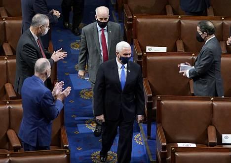 Edustajat taputtivat kun Mike Pence palasi johtamaan senaatin ja edustajainhuoneen yhteisistuntoa loppiasen mellakan jälkeen myöhemmin samana päivänä.