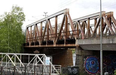 Tulipalossa vaurioitunut Pajasaaren silta Tampereella.