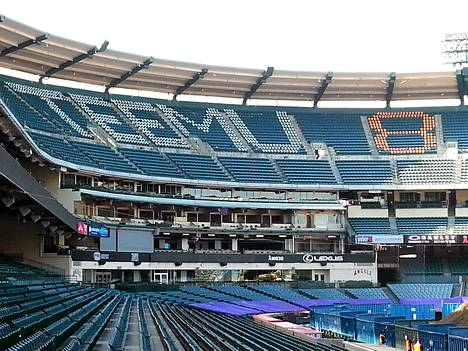 Teemu Selänteen uraa kunnioitetaan myös Anaheimin baseball-stadionilla.