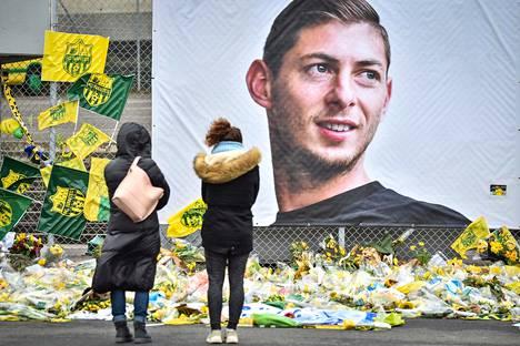 Emiliano Salan muistoksi oli tuotu kukkia Nantesin stadionille helmikuussa.