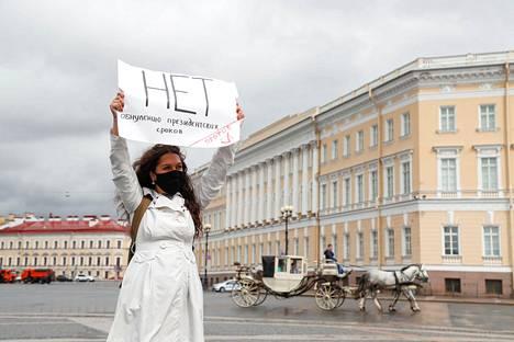 """Pietarin Palatsiaukiolla keskiviikkona protestoineella mielenosoittajalla lukee kyltissä """"Ei presidenttikausien nollaamiselle""""."""