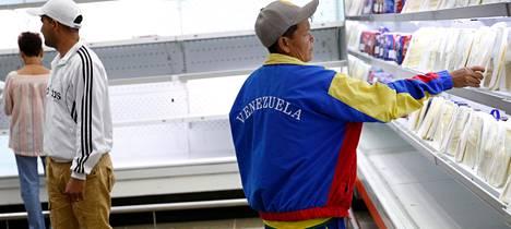 Ihmiset tekivät ostoksia ruokakaupassa Caracasissa tammikuussa.