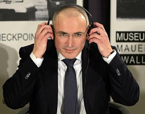 Mihail Hodorkovski tiedotustilaisuudessa Berliinissä sunnuntaina.