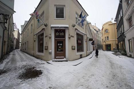 Koronatilanne on hiljentänyt Tallinnan vanhan kaupungin, kun turistit puuttuvat katukuvasta.