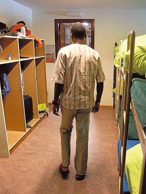Turvapaikanhakija esitteli toimittajille makuuhuonettaan huhtikuussa Les Pradieresin vastaanottokeskuksessa Val-de-Ruzin pikkukaupungissa Sveitsissä.