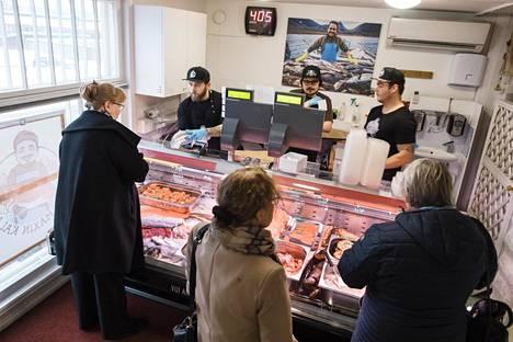 Perjantai-iltapäivänä Maxin kalassa käy vilinä. Tiskin takana asiakkaita palvelevat omistaja Max Grönholm (keskellä) sekä Lauri Palomäki (vas) ja Jan Warma .